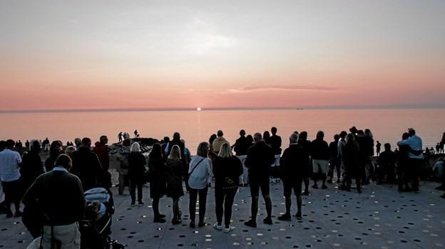 Der er blandt andet blevet lavet kæmpestor solskive med lys i den nye belægning på solnedgangspladsen. Foto: Peter Jørgensen Peter Jørgensen