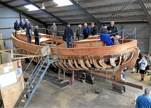 Der er stor interesse for, hvordan det skrider frem med arbejdet på den gamle båd. Her et billede fra Åben Båd-dagen sidst i september i værkstedshallen ved Gjøl Bjerg. Foto: Søren Petersen