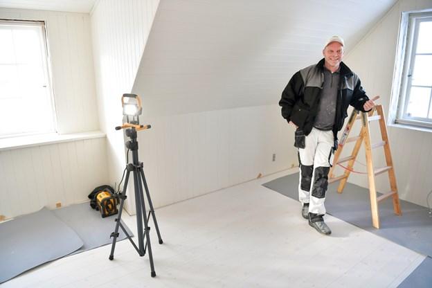 Brovst Malerfirma giver farve til Svinkløv Badehotel. Alex Thomsen, der er malermester og ejer af firmaet, er glad for at have fået mulighed for at være en del af det team, der genskaber Svinkløv Badehotel. Ikke mindst fordi han så badehotellet brænde ned til grunden som frivillig brandmand, Samtidig kan han se frem til at gøre badehotellet færdigt samme år, som han har 10 års jubilæum - og så får det pludselig et helt særligt skær. Foto: Claus Søndberg