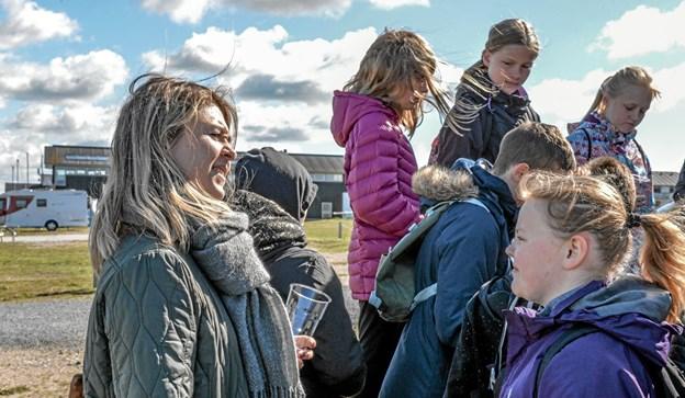 Eleverne spurgte ind til jollens historie og nød et glas børnechampagne. Foto: Mogens Lynge Mogens Lynge