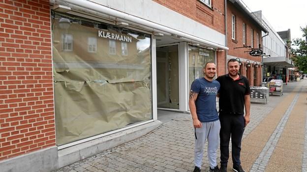 Ibrahim Demirhan (th) glæder sig til at åbne en helt ny café med plads til op mod 120 spisende gæster i de tidligere Klærmann-lokaler i Vestergade 10. Hans køkkenchef i caféen bliver Ehliman Jakub, som ses til venstre. Foto: Ejgil Bodilsen