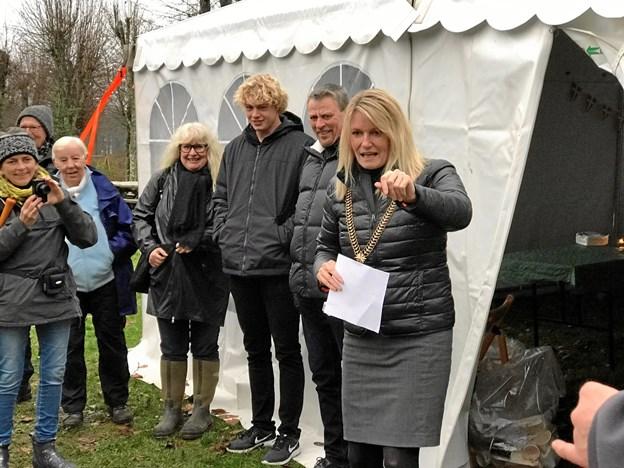 Men da borgmester Birgit Hansen spurgte direkte til om børnene ville med ned at tænde juletræet - var svaret et højt og prompte ja.