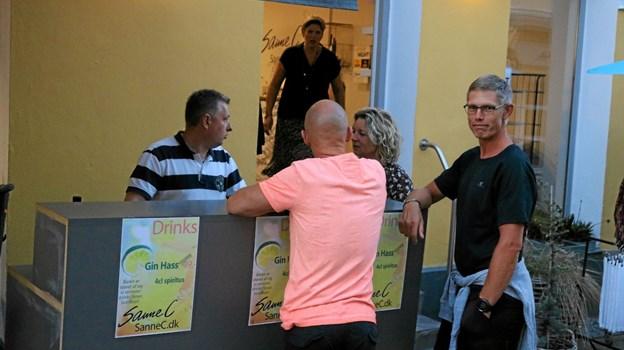 Hos SanneC blev der, ud over gode tilbud, lokket kunder til ved opstilling af bar, hvor der blev solgt Gin Hass. Og til de der ikke kender drinken er opskriften her: Fyld et højt glas med isterninger, tilsæt herefter gin og lemon-sodavand, og top til sidst op med mangosirup. Pyntes med lidt mynte og en skive citron eller appelsin. Foto: Tommy Thomsen Tommy Thomsen