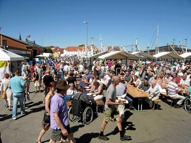 Folk fra nær og fjern gæster gerne Nykøbing til Skaldyrsfestivalen. Arkivfoto.