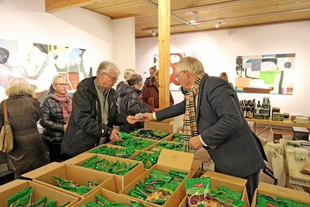 På Kunstcentrets julemarked kunne man købe eksotiske produkter, der ikke kan købes andre steder. Her er det Keld Pedersen, der optræder som ekspedient. Foto: Jørgen Ingvardsen