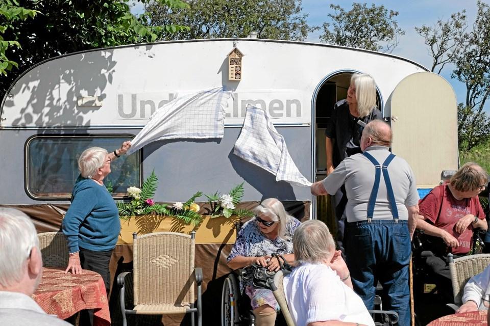 """Kamma og Tage afslører navnet """"Under Elmen"""", der blev valgt efter en udskrevet konkurrence blandt brugerne og personalet. Foto: Niels Helver Niels Helver"""