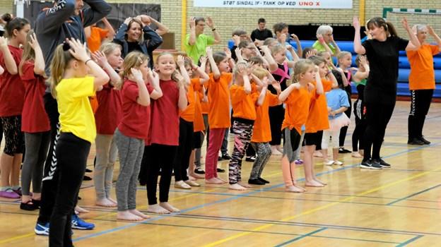 Inden opvisningen begyndte, var der fælles opvarmning. Foto: Niels Helver Niels Helver