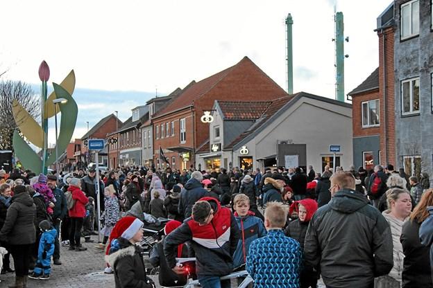 Der var tæt af mennesker i Snedsteds hovedgade. Foto: Hans B. Henriksen Hans B. Henriksen