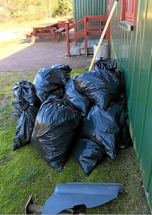Affaldsposerne hobede sig op ved forsamlingshuset. Foto: Niels H. Bünemann Niels H. Bünemann