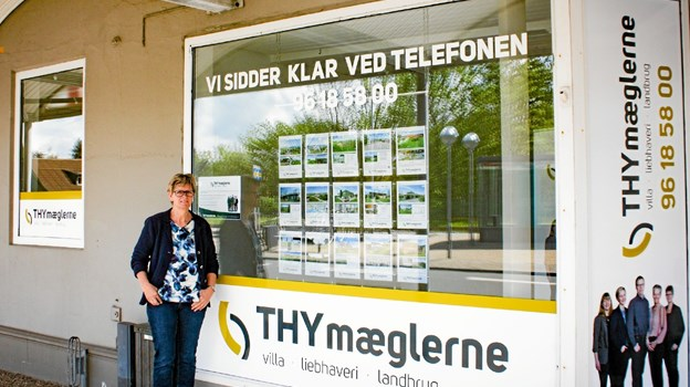 Helle Johansson er klar ved THYmæglernes nye lokale på Jernbanegade i Hvidbjerg. Privatfoto