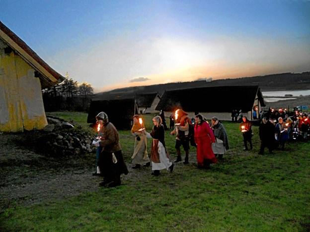 Vintersolhvervsmarkedet på Fyrkat den 8. december afsluttes med et smukt og stemningsfuldt fakkeltog i de sene eftermiddagstimer, når mørket falder på. Her fremsiges de traditionsrige vers om årets hjul, der drejer, og solen der vender tilbage. Der er fri entré for alle. (Foto: Nordjyllands Historiske Museum)