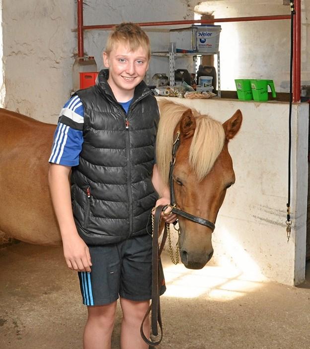 Rasmus med sin bedste pony, Fudge, inde i stalden på Storskovvej. Foto: Ole Torp
