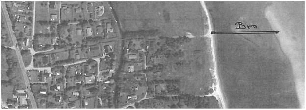 Luftfoto der viser stedet og den lange bro ud til sandbanken.