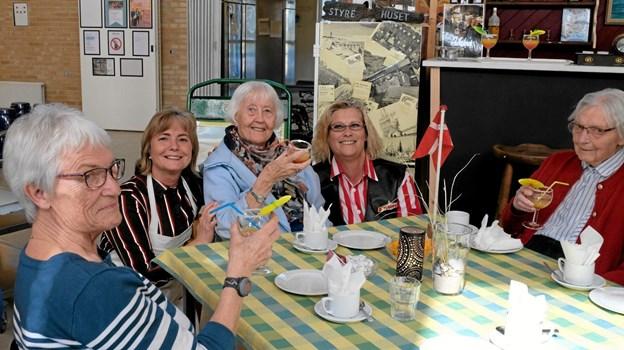 """Skål og tillykke til Bodil Weinrich Sørensen, der fejrede sin 86 års fødselsdag i """"Styre Huset"""" sammen med gode venner og personale. Foto: Niels Helver Niels Helver"""