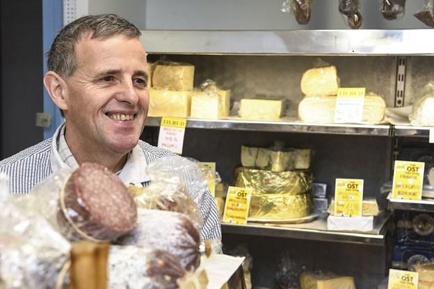 Osteklokken får ny ejer men man vil fortsat kunne møde Olav Jørgensen i butikken. Foto: Bent Bach