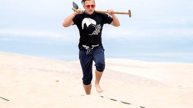 Der blev gået mange kilometer i sand for at fragte udstyr og redskaber - som denne skovl. Foto: Henrik Bo © Henrik Bo