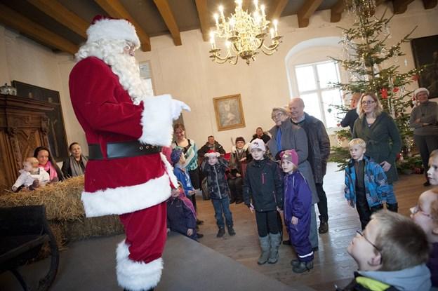"""Søndag 9. december ankommer julemanden - altså den ægte - til Sæby i robåd, flankeret af to nisser på paddle boarding fra SOP. Han kommer direkte fra Sæbygård Slot, hvor han har overvintret og siden sovet ud efter den meget travle weekend den 1. og 2. december, hvor han underholdt børn og voksne på et fyldt slot. Han ankommer der, hvor """"Flagermusehuset"""" lå i Pinborggade. Sammen med Sæby Gardens Nisseorkester går alle ad Pinborggade og ned i gågaden til Torvet og julemandens hus. Arkivfoto: Kim Dahl Hansen."""