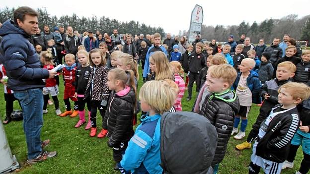 Fremmødet var overvældende, da Dronninglund Fodbold holdt standerhejsning for de yngste spillere. Det er formanden, Flemming Kvist, der lyttes til. Foto: Jørgen Ingvardsen