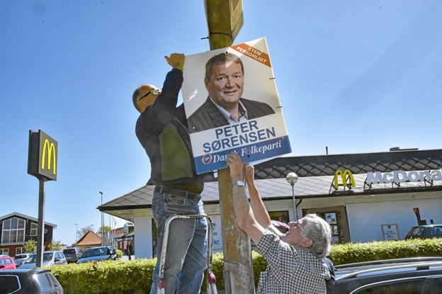 Kaj Kirk og Gert Christensen fandt et godt sted lige overfor McDonalds. Foto: Ole Iversen Ole Iversen
