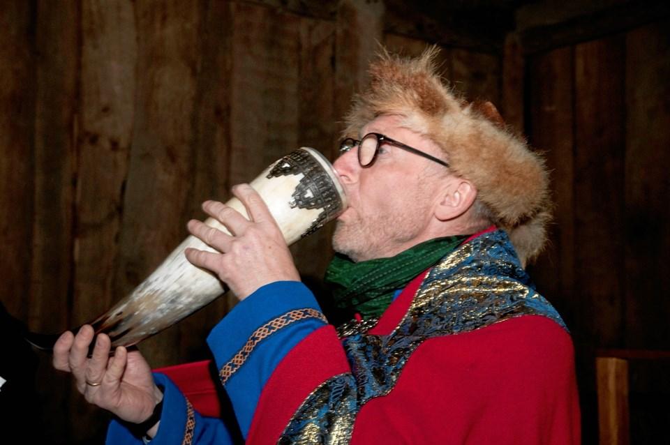 Huskarl Mogens Jespers Søn nyder den gode og velsmagende Bie-mjød fra drikkehorn. Marianne Andersen