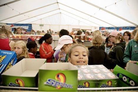 Det er ikke opgjort hvor mange kilo slik pigerne spiser i løbet af landslejren, men supermarkedets slikhylder var ganske omsværmede.