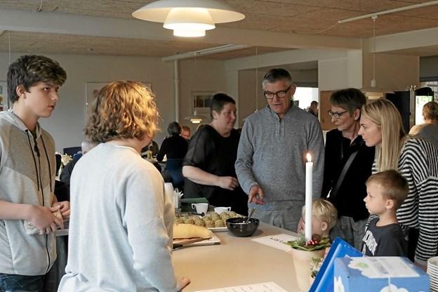I Køkkenet havde man længe forberedt sig på denne dag og havde haft travlt med at lave kager. Foto: Peter Jørgensen Peter Jørgensen