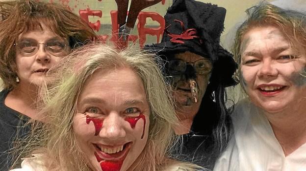Tag ikke fejl. Nok smiler personalet på Hirtshals Bibliotek, men det betyder ikke, at uhyggen ikke rammer ALLE, der melder sig til årets Halloween-arrangement. Foto: Pernille Jespersen
