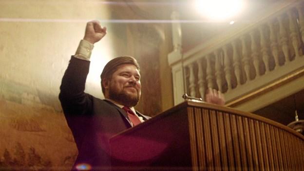 Martin Nordahl, som spilles af Rasmus Bjerg, og det nystiftede parti National Bevægelse, står til en jordskredssejr ved det kommende folketingsvalg. Her er han i en scene fra filmen. Foto: Hyæne Film