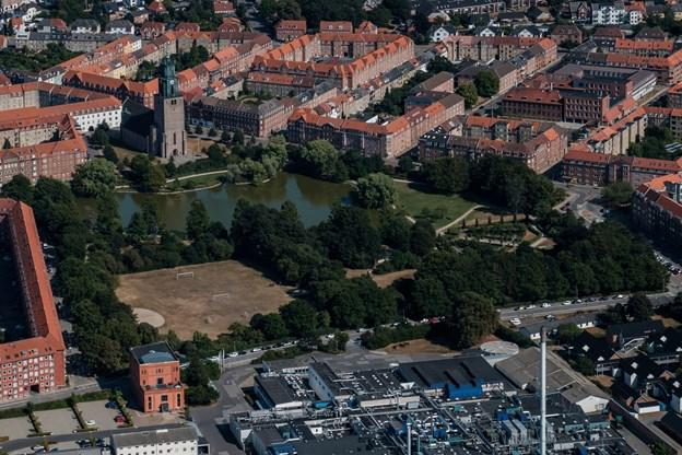 Boldpladsen ved Østre Anlæg. Det eneste grønne er tilsyneladende søen.