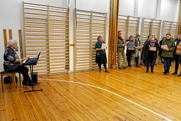 Hanne Weber-Hansen, korsangere fra Bindslevkoret og publikum sang julens sange ved dagens afslutning. Foto: Niels Helver Niels Helver