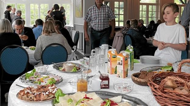 For de morgenfriske var Tolne og Omegns Borgerforening, vært ved kaffe og morgen komplet i Tolne Skovpavillon. Foto: Peter Jørgensen Peter Jørgensen