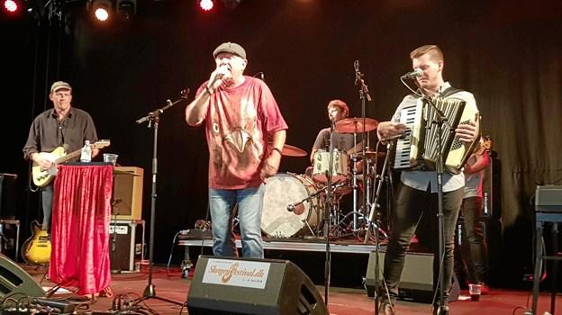 Keld Torbjørn med Slåbrock Band gav koncert sidste år lørdag sidst på formiddagen. Et helt fyldt telt på Havnescenen overgav sig til Slåbrock´erne. I år kan de opleves både torsdag formiddag og lørdag eftermiddag på Havnescenen. Foto: Ole Svendsen