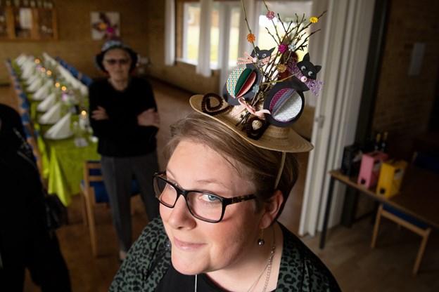 Laila Mogensen havde en hat på, der passede til weekendens store begivenhed: Fastelavn.Foto: Henrik Louis HENRIK LOUIS