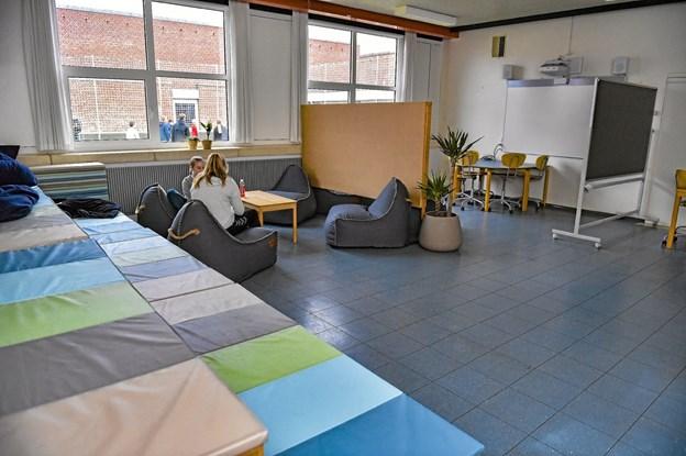 Et tidligere klasselokale er nu indrettet som gruppearbejdsrum, eller som afslapningssted for eleverne. Ole Iversen