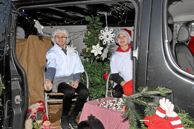 Det skortede heller ikke med karameller til børnene fra Bager Madsens bil. Foto: Hans B. Henriksen Hans B. Henriksen