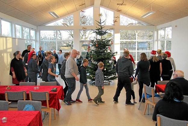Dansen om juletræet gik i Byens Hus i Vrensted. Privatfoto
