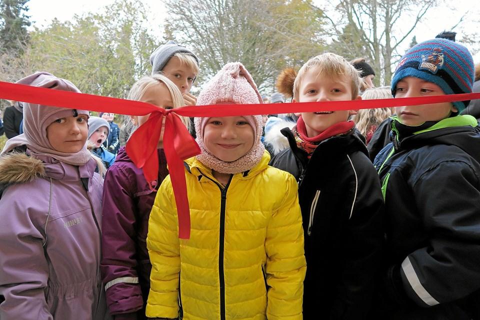 Krista og de andre børn venter utålmodigt på, at snoren klippes, så de kan komme ind i varmen til de mange lækre pølsehorn. Foto: Niels Helver