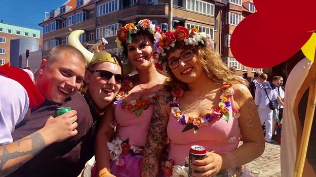 Annika Abildgaard (t.v.) og Ida Juul Jonasen følges altid ad til karneval og synes, at stemningen i år er fantastisk. Foto: Camilla Gammelgaard