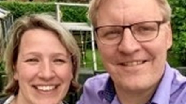 Peter Haldimann Nielsen bliver søndag indsat som ny præst i Nykøbing. Her ses han med sin hustru, Nathalie Haldimann Nielsen. Privatfoto.