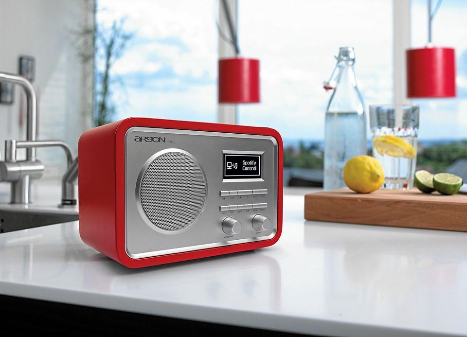 Udover Spotify spiller radioen FM, DAB - og et svimlende udvalg af internet-stationer.