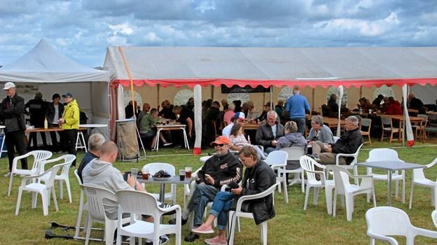 Der var også mulighed for at nyde festen udendørs imellem bygerne. Foto: Hans B. Henriksen
