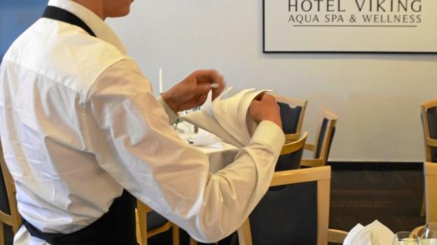Mathias Dalsgaard på 18 år var for få uger siden på kontanthjælp. I dag prøver han kræfter med tjenerfaget på Hotel Viking i Sæby.