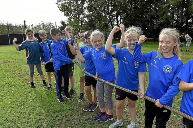 For vi har nemlig muskler, viser børnene fra Koldby. Foto: Ole Iversen