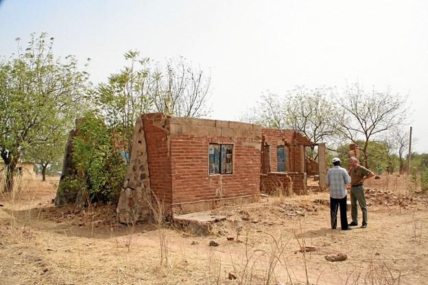 Efter en del besvær fik Hans Wendelboe Bøcher lov til at hjemtage to tunge, let brændte mursten fra ruinerne af den lægeklinik Mogens Uhrenholt byggede i Nigeria for 100 år siden. Foto: Privatfoto