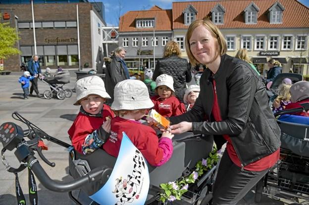 Sonja Jensen og børnene Perle, Arthur, Frederikke go Bjørn havde en herlig onsdag formiddag. Foto: Ole Iversen Ole Iversen