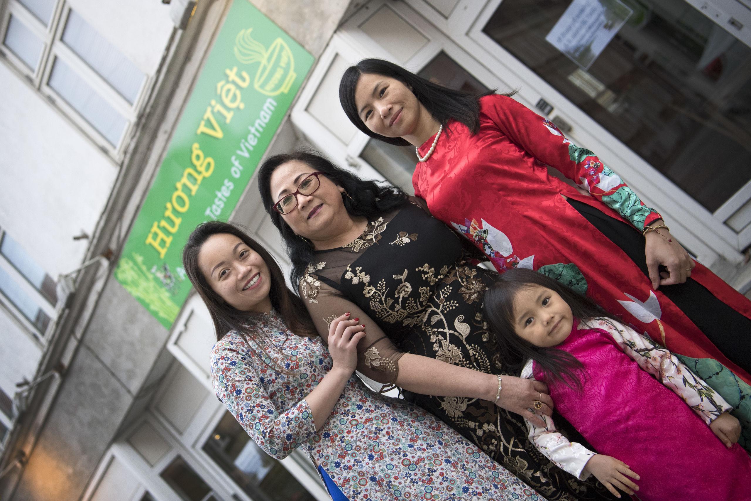 De tre indehavere af Huong Viet er veninder. Fra venstre ses Phuong Lan Thi Ninh, Nguyen Khai Thi Le,  Hien Thu Nguyen og forrest Bao-Han Le, der er Hiens datter. Foto: Mette Nielsen