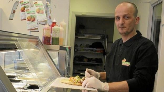 Det tager ikke Safwan mange sekunder, at lave en superlækker Falafel, hvor der er 10 forskellige at vælge imellem. Foto: hhr-freelance.dk
