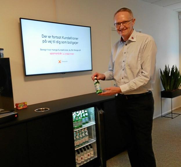 Kunderådgiver Arne Søndergaard har fyldt op i drikkeboden.
