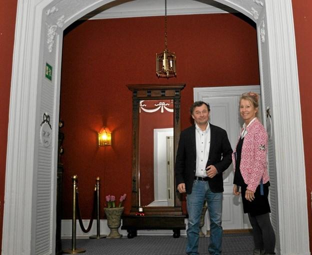 Carl Chr. Pedersen og Nanna Henriette Høgsbro byder velkommen til AOFs serie af foredrag på Dronninglund Slot og er åbne for et fremtidigt samarbejde om den slags arrangementer. Foto: Ole Torp