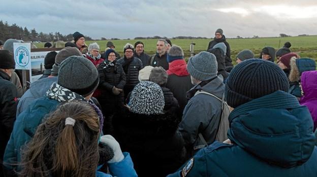 Naturvejleder ved Vendsyssel Historiske Museum byder de mange deltagere velkommen til den sidste fødselsdagstur til Rubjerg Knude Fyr på fyrets nuværende placering. Foto: Niels Helver